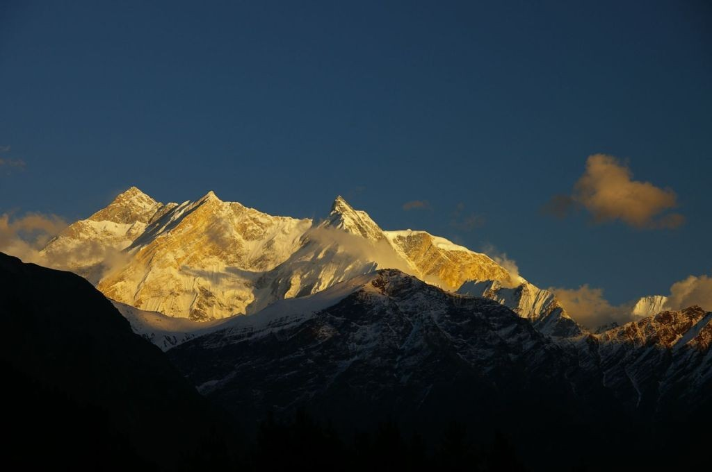 Sun_setting_over_Fang_and_Annapurna